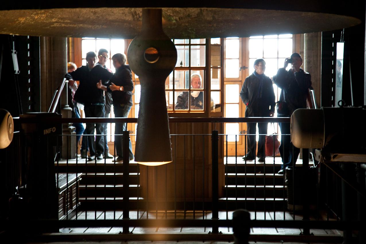 Zwischenstation beim Aufstieg zum Südturm. Besucher bestaunen Größe und Klang der Pretiosa Glocke.