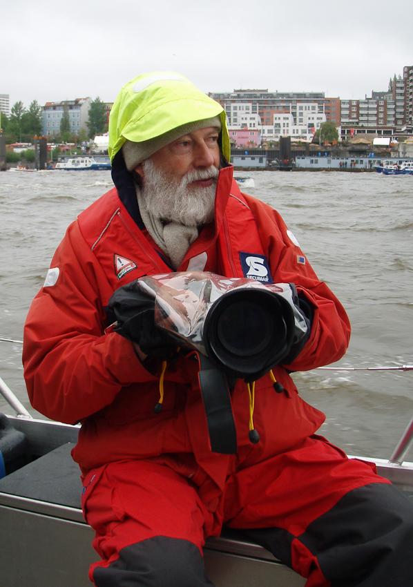 Der Fotograf Nils Bahnsen während seiner Fototour beim Hamburger Hafengeburtstag am 7. Mai 2010 im Boot auf der Elbe.