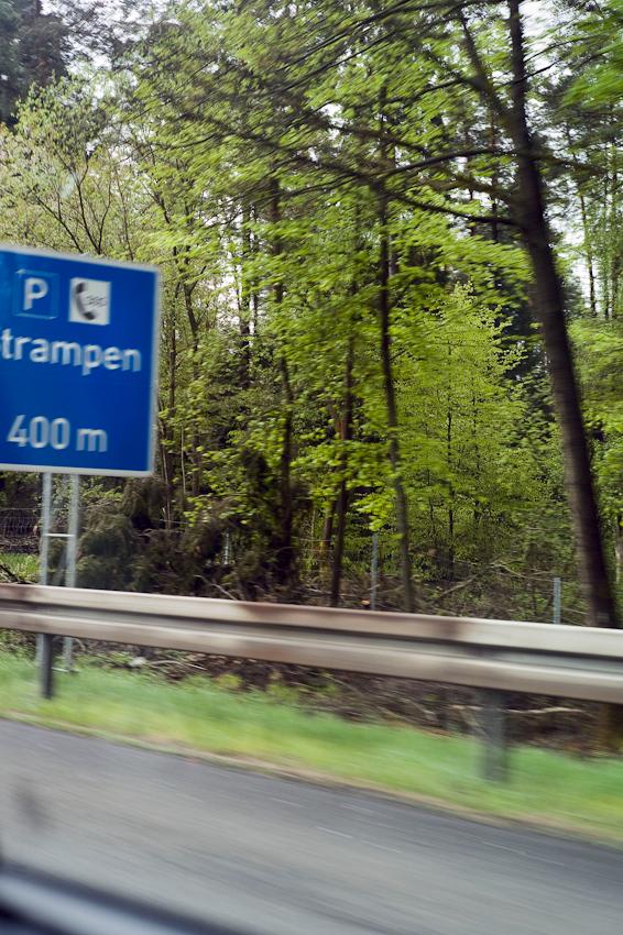 Ein Tag durch Deutschland: im Schnelldurchlauf in 8 Stunden trampenderweise von Hamburg zum Bodensee entlang der A7, der längsten deutschen Autobahn, hier zu sehen das Abfahrtsschild zum Parkplatz Strampen/Ottersbach bei Niederaula