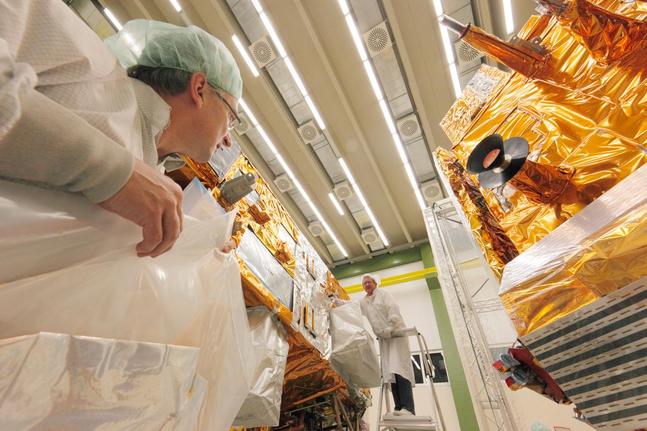 Bau von Erdbeobachtungssatelliten bei Astrium in Immenstaad bei Friedrichshafen, Arbeiten im Reinraum: Bau von 2 Wettersatelliten die aus einer polaren Umlaufbahn, aus zirka 820 km Hohe das Wetter beobachten werden, MetOp-A ist bereits seit 2006 im Weltall, hier werden gerade die beiden anderen Satelliten MetOp-B und MetOp-C gebaut. Neben der Meterologischen Datenerfassung dienen die MetOp Satelliten auch zur Umweltbeobachtung im Weltall (Untersuchung von geladenen Teilchen) und der Satellit kann auch zur humanitären Hilfe Notsignale empfangen und weitersenden.