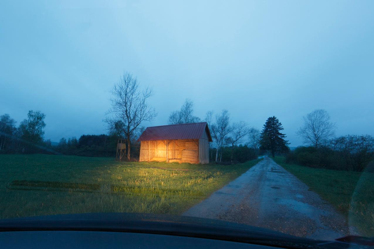 Das Pfrunger Burgweiler Ried ist ein großes Moorgebiet in Oberschwaben. Das Hochmoor ist weitgehend erhalten geblieben und hat heute zirka 150 ha Fläche. Es ist seit 1980 als Naturschutzgebiet ausgewiesen. Das Gebiet ist nur von wenigen Straßen durchzogen. Heute dient ein Teil des Riedes noch als Weideflache, ein anderer ist unbewirtschaftet. Diese Heuhütte ist noch ein Teil der landwirschaftlichen Nutzung.