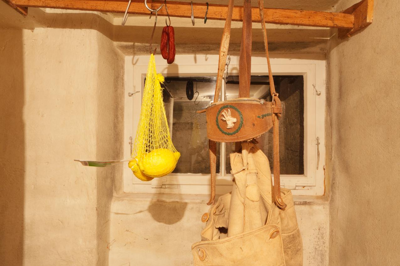 Mein Elternhaus: Im Keller meiner Eltern ein Stilleben aus dem Vorrat an Zitronen und der alten Lederhose.