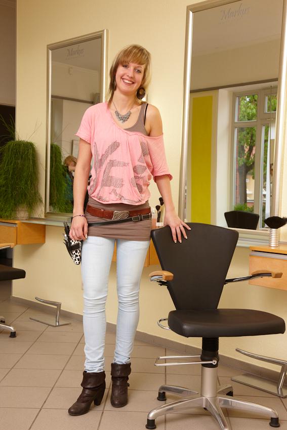 """Friseurin Nadine Goldenbaum (24) hat ihren Beruf im Betrieb """"Markus Hairstyling"""" in Reinfeld gelernt. Hier arbeitet sie zusammen mit ihrem Chef und vier weiteren Mitarbeiterinnen als Gesellin. Zu ihrer Freude bringt der heutige Freitag neben Schnittkunden auch viele nach Kreativität rufende Strähnchen- und Farbaufträge."""