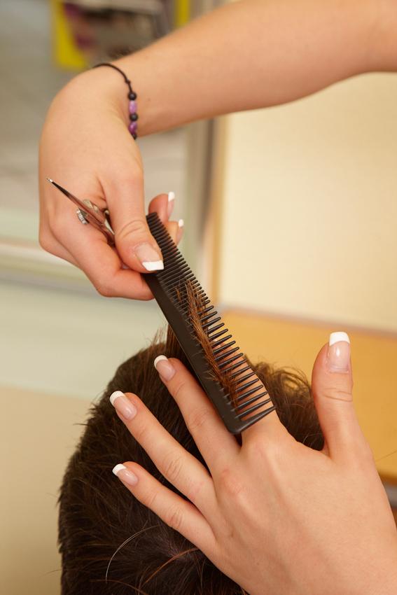 """Mit eleganten Handbewegungen beschert Nadine Goldenbaum (24) von """"Markus Hairstyling"""" aus Reinfeld einem Kunden einen trendigen Haarschnitt. Weil zwischen 12.00 umd 13.00 Uhr der freitägliche Kundenandrang etwas nachlässt, kann sie gleich danach ihre Mittagspause genießen."""
