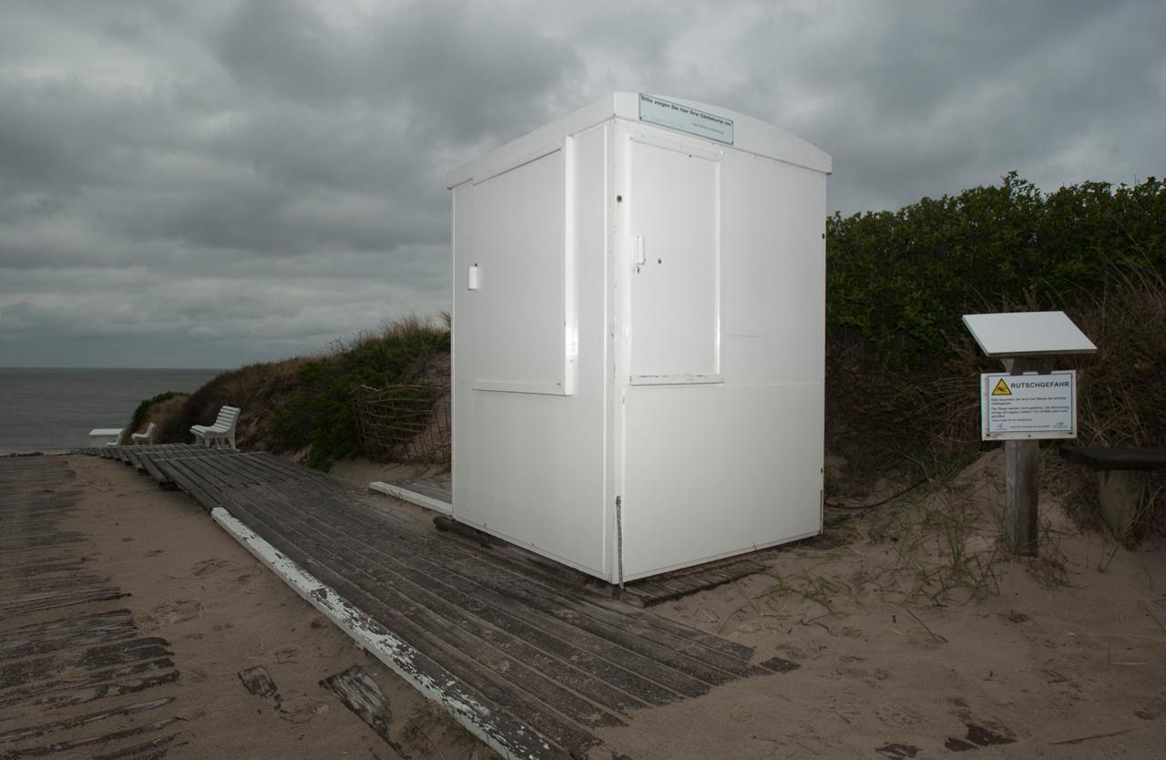 Diese Kontroll Häuschen südlich von Westerland auf Sylt steht unbewohnt am Strandübergang und niemand kommt vorbei.