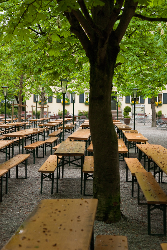 """Mein Thema: Fruhlingsgärten in Südbayern Aber an diesem Morgen des  7. Mai regnet es dauerhaft.  Ich beschließe, erst mal einen Frühlingsbiergarten zu fotografieren. Dieser Biergarten """"Aumeister"""" liegt im Norden des englischen Gartens in München. Es ist früher Freitagmorgen. An einem schönen Freitagabend ware dieser Biergarten vollbesetzt mit Menschen.  Ein schöner fotografischer Kontrast zum verregneten Morgen. Leider lässt die Wettervorhersage keine Hoffnung auf ein Nachlassen des Regens zu."""