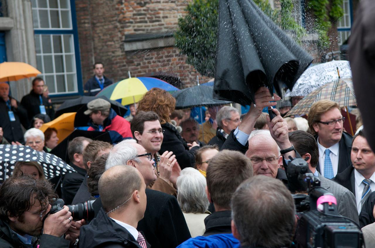 Jürgen Rüttgers; Ministerpräsident vo Nordrhein-Westfalen und Dirk Elbers; Oberbürgermeister von Düsseldorf (rechts) vor dem Betreten der Rednertribune.Sind die Regentropfen uber dem Spitzenkandidaten der CDU ein schlechtes Omen fur den Wahlsonntag zwei Tage später?