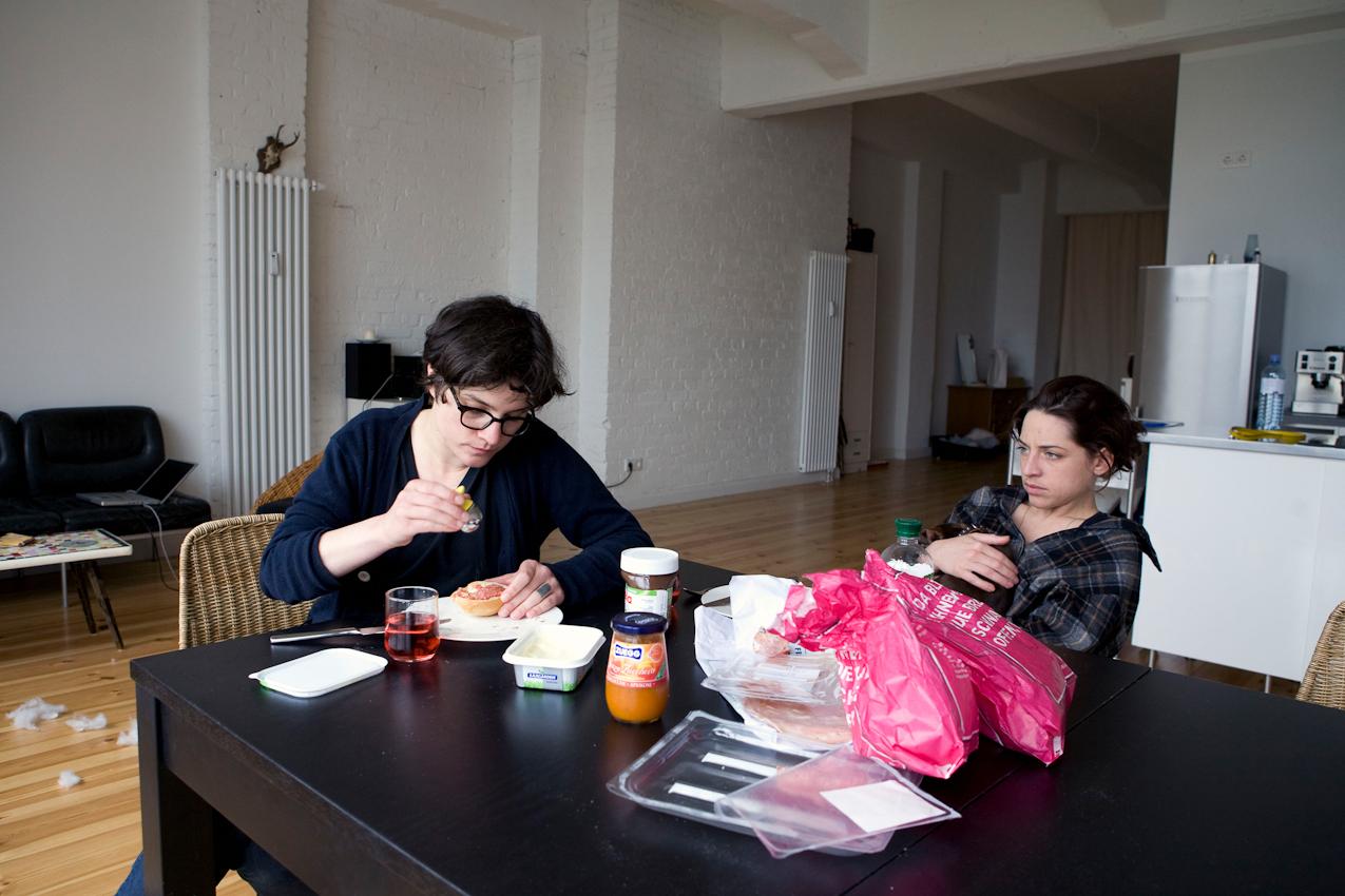Ein Tag mit Michi und Janni, 7.05.2010, Berlin -  Janni (29)  und Michi (30)  fruehstuecken in der gemeinsamen Wohnung in Moabit.