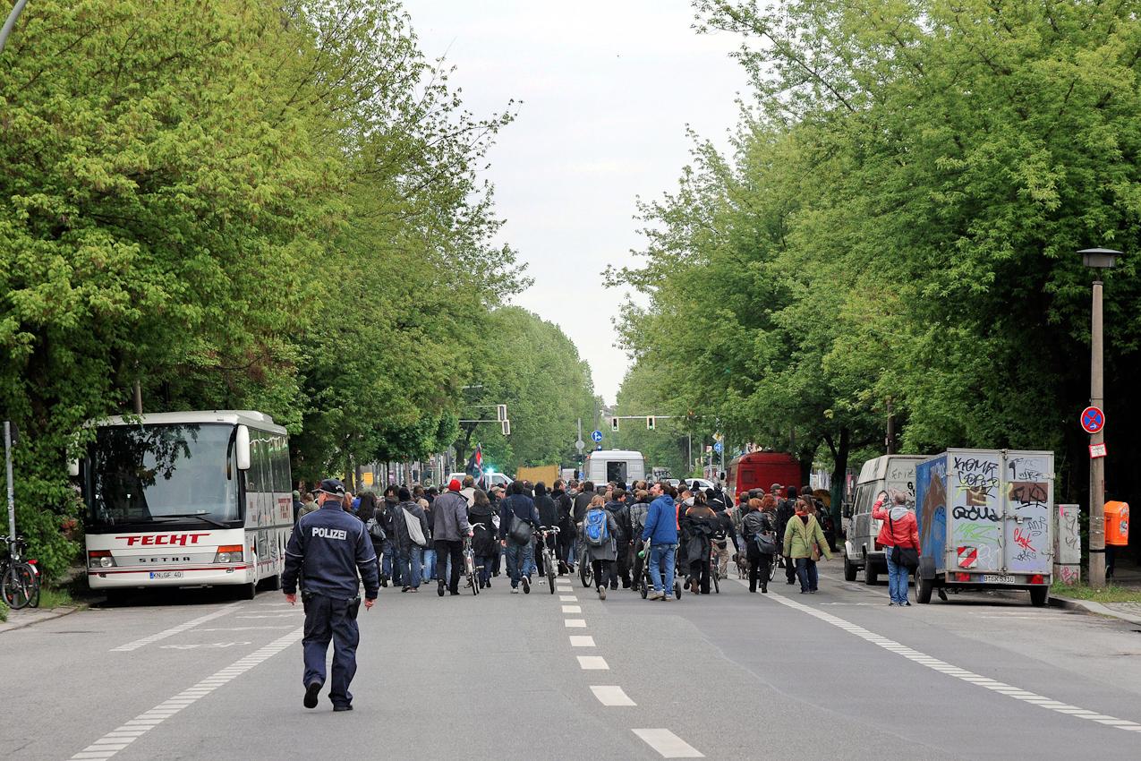 Robert Conrad - Demonstranten auf dem Weg zur Kundgebung für den Erhalt der denkmalgeschützten alten Eisfabrik in Berlin Mitte am 7. Mai 2010