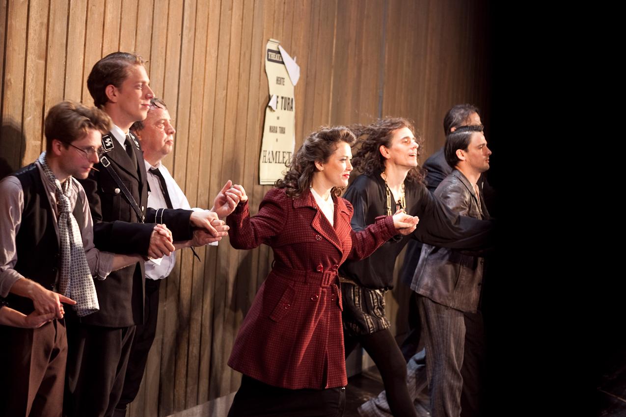"""Abendvorstellung von """" Sein oder Nichtsein """" nach dem Film von Ernst Lubitsch am Staatsschauspiel Dresden, grosse Buehne. Backstage fotografiert von der Nebenbuehne aus. Freitag, 7. Mai 2010, 22.13 Uhr.  Die Schauspieler praesentieren sich zum Schlussapplaus."""