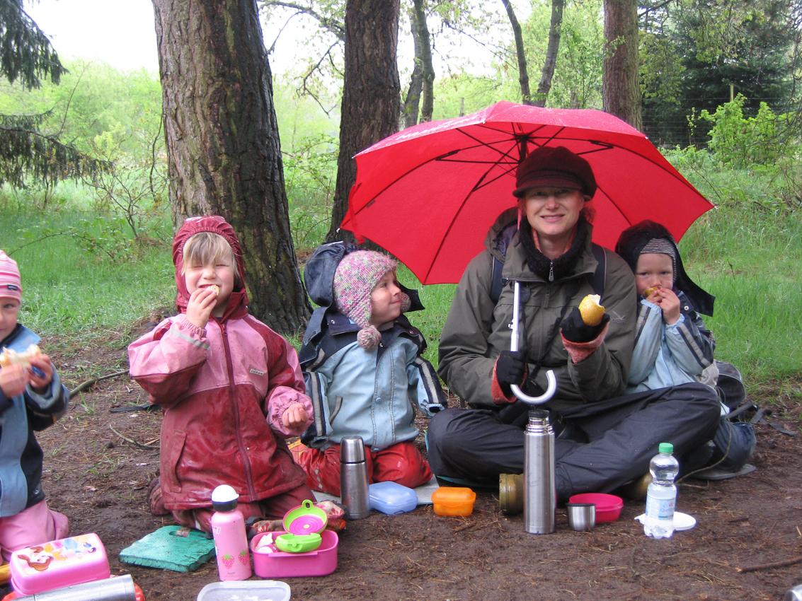 """10:25 Uhr. Astrid Doerenbruch (mit Schirm) im Frühstückskreis. Lisa und Nikke sicherten sich frühzeitig einen Platz neben ihr: """"Ich möchte neben dir sitzen."""""""