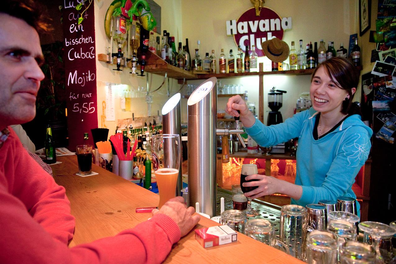 """An der  """"ELYSIUM""""-Bar, Berliner Straße 1, am Steintor in Bernau werden die Gäste auch kurz vor Mitternacht freundlich und mit einem Lächeln auf den Lippen von Sandra Berndt bedient. 16321 Bernau"""