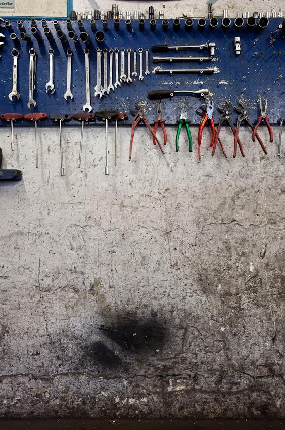 Die Spuren der Arbeit und Werkzeug an der Wand der Werkstatt.