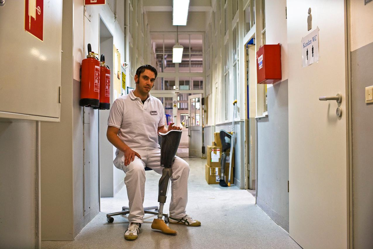 """""""Hi-Tec gibt Hoffnung"""" Ein Techniker des Care Center Rhein-Ruhr in Bochum mit einer computergesteuerten Beinprothese, kurz vor der Anpassung am Patienten."""