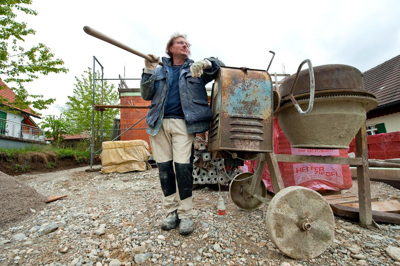 Wolfgang kann eigentlich fast alles, was man handwerklich so können muss, um durchs Leben zu kommen. Zum Glück, sagt er. Mauern, Bagger fahren, buddeln und bauen; er kennt sich aus und weiß, auf was man alles achten muss - deswegen baut er sein Haus auch fast ganz alleine mit den eigenen Händen und lässt die Ziegel dafür eigens brennen. Ein Lebenstraum, den er sich erfüllt, wenn er nicht gerade Pflanzen sammelt.  Inning, 7. Mai 2010; 13:45 Uhr.