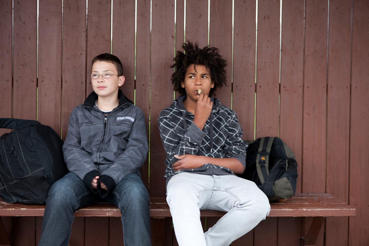 Hannes Gottwald (links) und Nico Miguel warten um 15:19 Uhr an der Bushaltestelle: Abzweigung Abstatt nicht auf den nächsten Bus, sondern auf die Mutter von Hannes, welche zwei Minuten später die Beiden abholt.