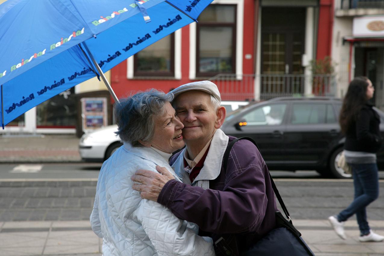Elli und Gert sind ein Paar. Die beiden sind nicht verheiratet, leben in getrennten Wohnungen und treffen sich jeden Tag, um gemeinsam den Alltag zu verbringen. Sie haben sich in einer Begegnungsstätte kennegelernt. Obwohl sie sich auf Anhieb verstanden haben, hat Elli Gert erst nach einem Jahr das Du angeboten. Das ist jetzt 15 Jahre her.