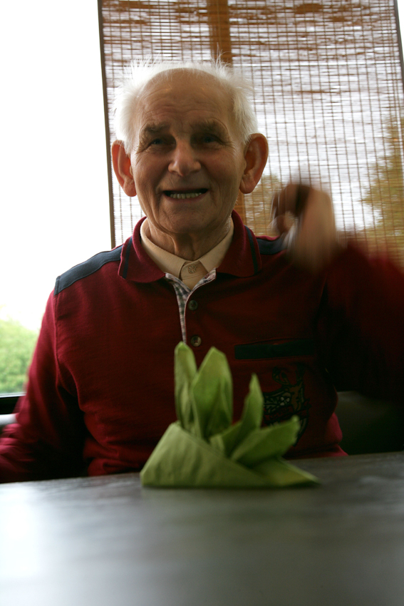"""Gert, 82 Jahre, sitzt stolz im Cafe """"Emma am See"""" im Bremer Bürgerpark und betrachtet den Brautschuh, den er fur seine 76-jährige Freundin Elli gebastelt hat."""