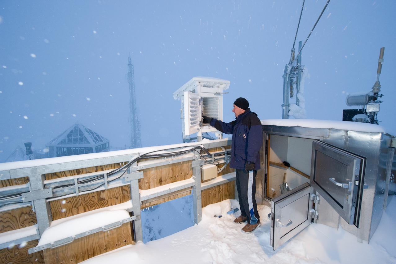 Der höchste Punkt Deutschlands: Wetterbeobachter Schorsch Demmer (55) checkt die Messgerate auf der Turmplattform der Wetterwarte Zugspitze auf 2.963 Höhenmetern. Er ist einer von acht Beamten des Deutschen Wetterdiensts, die hier im Schichtbetrieb 365 Tage im Jahr  rund um die Uhr Wetterdaten und Messwerte liefern. Am Morgen des 7. Mai 2010 schneit es - bei klarer Luft kann man hier bis zu 265 Kilometer weit sehen.
