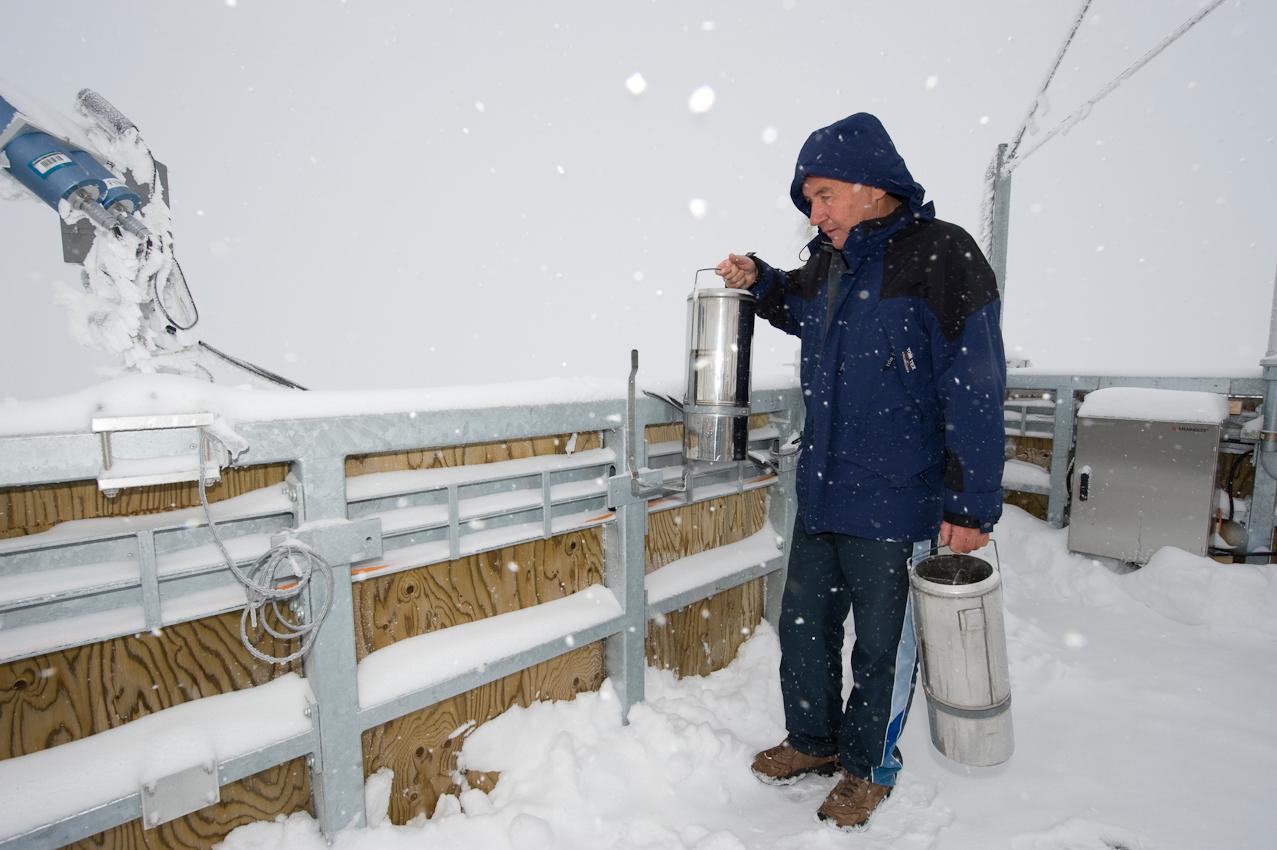 Der höchste Arbeitsplatz Deutschlands: Wetterbeobachter Schorsch Demmer (55) tauscht einen Behalter fur die Messung der Niederschlagsmenge  auf der Turmplattform der Wetterwarte Zugspitze auf 2.963 Höhenmetern aus. Er ist einer von acht Beamten des Deutschen Wetterdiensts, die hier im Schichtbetrieb 365 Tage im Jahr rund um die Uhr Wetterdaten und Messwerte liefern.