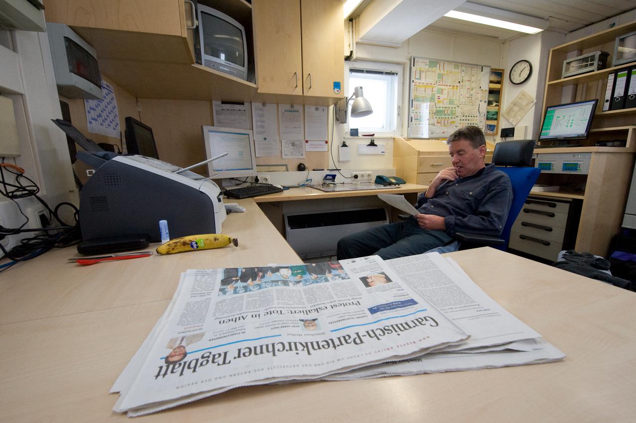 Der höchste Arbeitsplatz Deutschlands: Wetterbeobachter Schorsch Demmer (55) im 16 Quadratmeter großen Buro der Wetterwarte Zugspitze auf 2.963 Höhenmetern. Er ist einer von acht Beamten des Deutschen Wetterdiensts, die hier im Schichtbetrieb 365 Tage im Jahr rund um die Uhr Wetterdaten und Messwerte liefern.