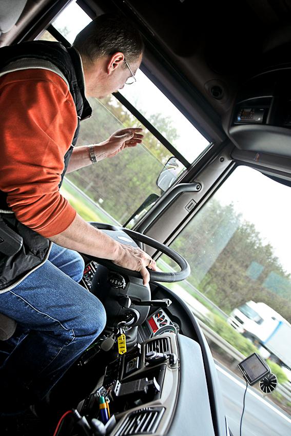 Unterwegs auf der A2 am 07.05.2010 um 09:35 Uhr: Uwe schnippt die Asche seiner Zigarette aus dem Fenster.