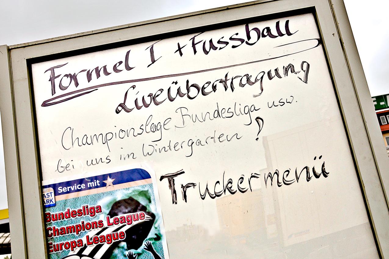 """Parkplatz des """"Rasthof Börde"""" bei Magdeburg am 07.05.2010 um 15:19 Uhr: Einladung zum """"Truckermenu"""" mit Sportübertragung."""