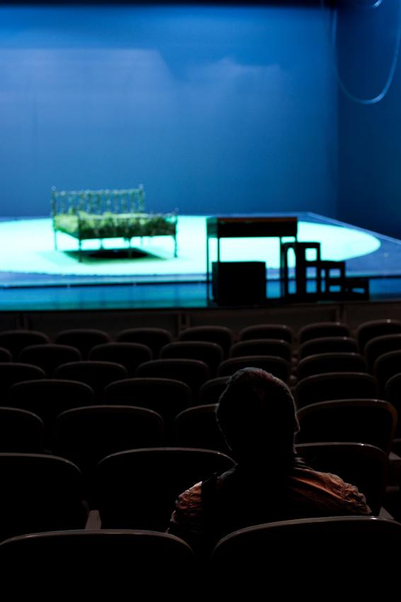 """Es ist Mittagszeit und Danilo Tepsa, Tenor am Theater Koblenz, sitzt im Großen Haus, im Zuschauerraum, um sich  vor der abendlichen Generalprobe der Operette """"Orpheus in der Unterwelt"""" das Bühnenbild anzuschauen."""