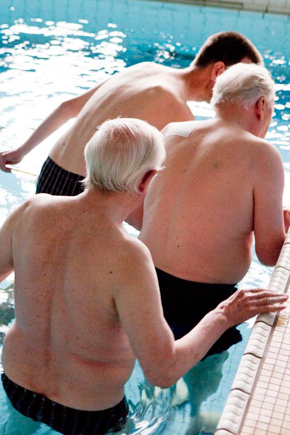 <p>Das sogenannte Gerontoschwimmen ist eine feste Institution in den Wochenaktivitäten des Stadtdomizil Hamburg. Mitarbeiter des Seniorenheims in der Lippmannstraße machen sich jeden Freitagnachmittag mit mehreren Bewohnern mit Demenz zu einem Schulschwimmbad in Hamburg-Lurup auf. Zu Bewohnern in weiter fortgeschrittenem Stadium gelingt es uber die Wärme und relative Schwerelosigkeit eine besondere Brücke nonverbaler Konversation aufzubauen.</p>