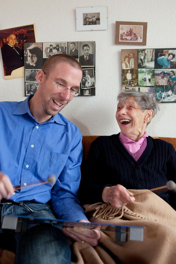 <p>Im Rahmen seines wöchentlichen Besuchs in der gerontopsychiatrischen Station des Seniorenzentrum Dr. Carl Kellinghusen in Hamburg stattet der Musiktherapeut Jan Sonntag Maria Mausolf einen Besuch in ihrem Zimmer ab, um sie mithilfe eines Instruments fur die Therapiestunde im Gemeinschaftsraum zu motivieren. Der 37-Jährige beschäftigt sich seit einigen Jahren intensiv mit Zugangen zu Menschen mit Demenz, die Musik gilt hier als der Königsweg.</p>