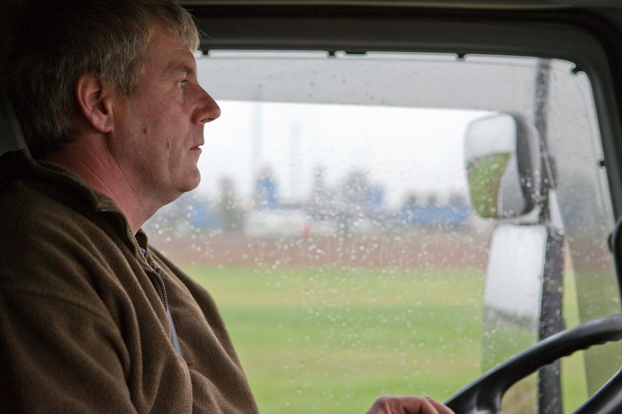 Andree Schmitz ist einer von vielen Fahrern, die das kostbare Altöl Tag fur Tag mit ihren Tanklastzügen nach Dollbergen bringen. Auch mit dem Zug oder uber den nahe gelegenen Hafen am Mittellandkanal erreicht der Rohstoff die Raffinerie. Insgesamt nimmt der Standort 250 000 Tonnen Altöl und Emulsionen pro Jahr an.