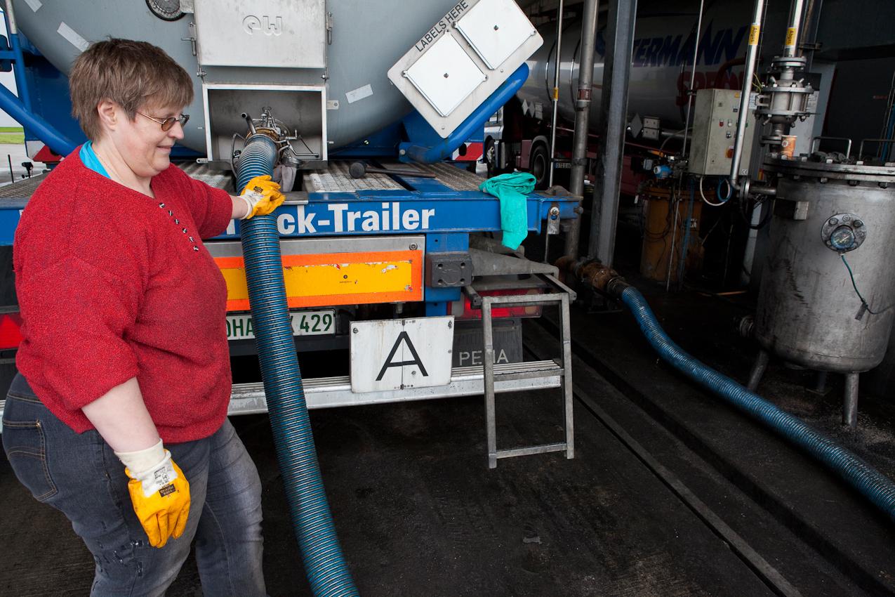 Antje Heintz, Kraftfahrerin einer Spedition, entlädt den Tank ihres Trucks. Das Öl wird in Vorlagertanks gepumpt. Erst nach der Eingangsanalyse gelangt es in den Raffinerie-Kreislauf.