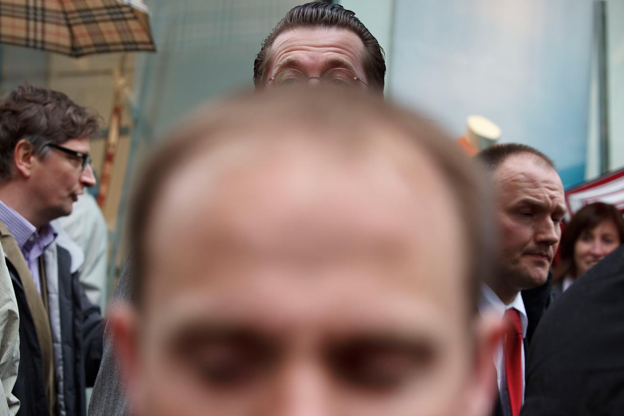 Landtagswahlen in NRW - der 7. Mai, Straßenwahlkampf auf der Schildergasse in Köln. Bundesverteidigungsminister  Dr. Karl- Theodor Freiherr zu  Guttenberg will den Tag nutzen für Bürgernähe. Doch das, wofür so viel Aufwand getrieben wird, bringt wenig Ergebnis. Denn die Sicherheitsbeamten schirmen den Minister so stark ab, dass es nur zu wenigen flüchtigen Begegnungen mit Passanten kommt.