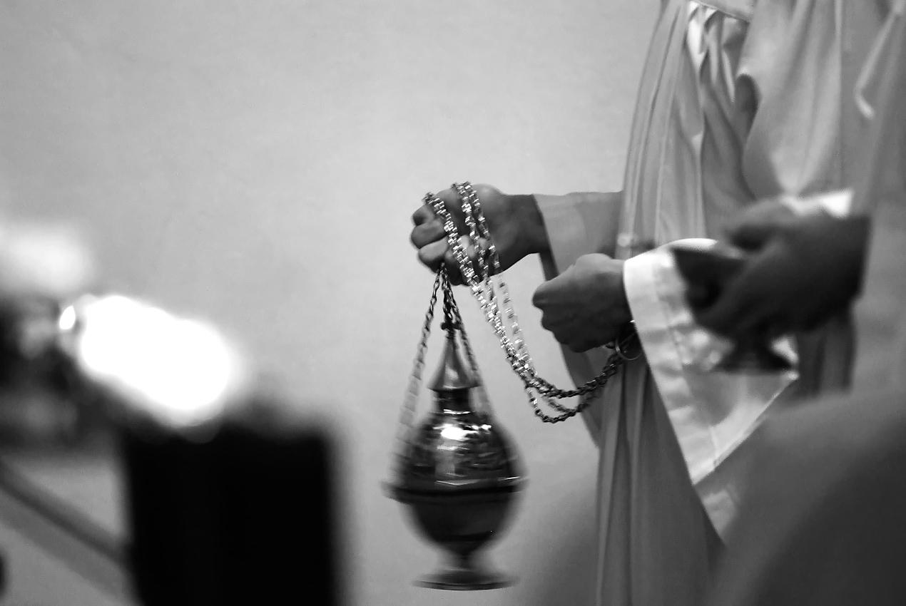 """Der """"tridentinische Ritus"""" ist nicht nur ein Angebot an die Gläubigen. In jeder Bewegung, in jedem Bild, ein Statement. Zeitweise war der alte Ritus verboten, 1984 erlaubte Papst Johannes Paul II. eine Wiederkehr unter Auflagen. Papst Benedikt XVI. hob diese Einschränkungen 2007 auf."""