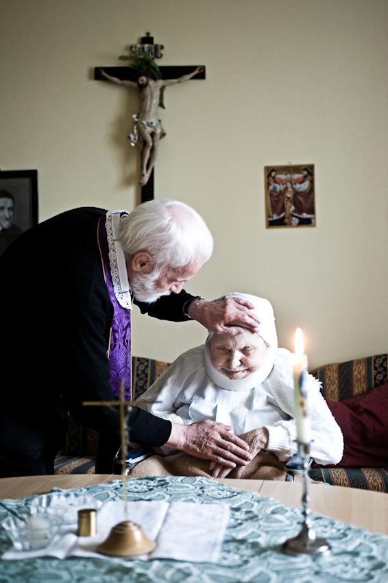 Heitersheim, 07.05.2010, 9:33 Uhr, Orden der Barmherzigen Schwestern vom HL. Vinzenz von Paul. Pfarrer Erwin Seifrid bei der Salbung einer erkrankten Schwester.