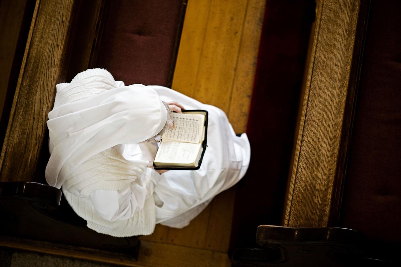Heitersheim, 07.05.2010, 18:38 Uhr, Orden der Barmherzigen Schwestern vom HL. Vinzenz von Paul. Schwester betet bei der abendlichen Vesper (das kirchliche Abendlob)