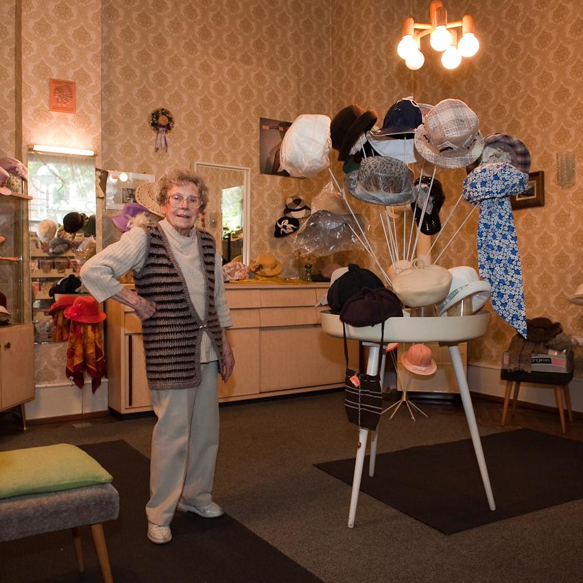 Trudel Gruber am 7.5.2010, kurz nach der Mittagspause, in ihrem Hut Salon am Karlsruher Werderplatz, den sie seit 1951 betreibt. Früher mit maximal 7 Mitarbeitern, mittlerweile nur noch sie alleine. Zum Teil stellt sie Hüte sogar noch selber her.