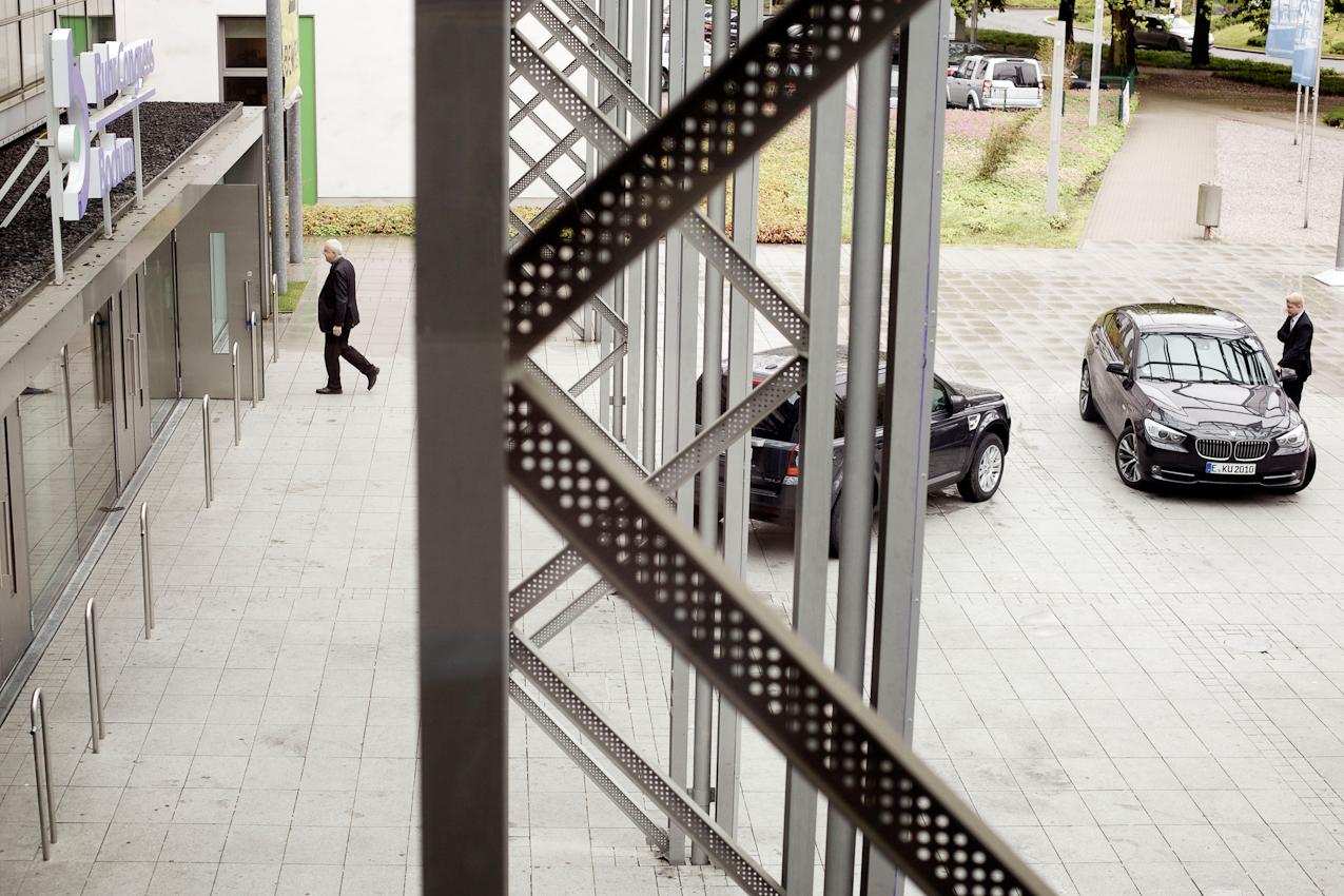 Dr. h.c. Fritz Pleitgen (Vorsitzender der Geschaftsführung der RUHR.2010 GmbH) auf dem Weg in den RuhrCongress in Bochum. Dort wird er vor dem VdU (Verband deutscher Unternehmerinnen e.V.) eine Rede zum Thema Ruhr.2010 halten. Als Repräsentant der Kulturhauptstadt ist dies fur ihn eine von unzähligen Pflichtveranstaltungen.