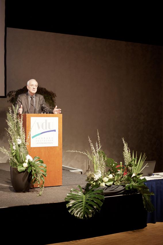 Dr. h.c. Fritz Pleitgen (Vorsitzender der Geschäftsfuhrung der RUHR.2010 GmbH) auf dem Podium im  RuhrCongress in Bochum. Dort halt er vor dem VdU (Verband deutscher Unternehmerinnen e.V.) eine Rede zum Thema Ruhr.2010. Als Repräsentant der Kulturhauptstadt ist dies für ihn eine von unzähligen Pflichtveranstaltungen.