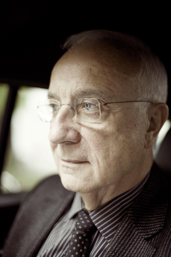 Dr. h.c. Fritz Pleitgen (Vorsitzender der Geschäftsführung der RUHR.2010 GmbH) auf dem Rückweg in sein Büro. Kurzer Moment der Ruhe in seinem Dienstwagen.