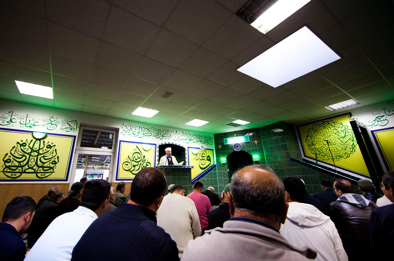 Hodscha -Zakir Kaya Ekrem, Imam in der Tekke-i Kadiriyye Mescidi Moschee des Quadiri Sufi-Ordens, zelebriert das Freitagsgebet in der Mosche des Tekke-i Kadiriyye Mescidi e.V.. Der Quadiri Sufi-Orden  in der Karl-Marx-Strasse im Berliner Stadtteil Neukoelln praktiziert und lehrt den klassisch-sunnitischen Islam. Tekke-i Kadiriyye Mescidi e.V. ist ein gemeinnuetziger Verein.