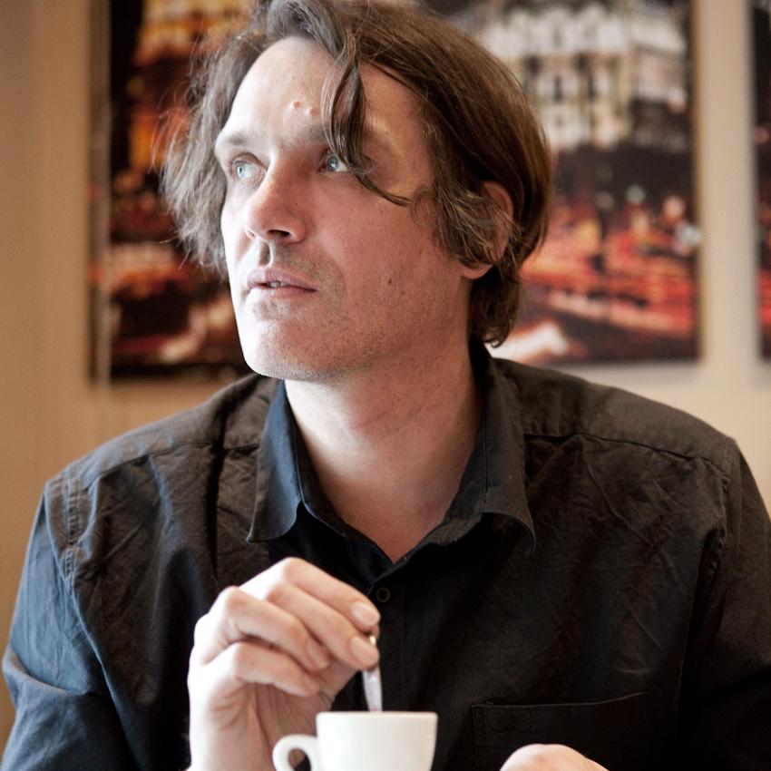 """""""Ein Tag mit Frank Spilker (Die Sterne)"""" Frank Spilker während einer Kaffeepause bei seinem Lieblingsportugiesen im Schanzenviertel."""