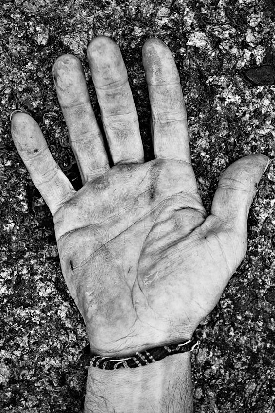 Rolf KeTaN Tepel, 53, nennt sich selbst LebensKuenstler, LandschaftsBewohner und LiebesBeauftragter. KeTaN lebt, arbeitet und musiziert seit viereinhalb Jahren auf einem ungenutzten staedtischen Gelaende am Koelner Eifelwall in seinem selbst errichteten Traumhaus - ohne Wasser- und ohne Stromanschluss. Seinen Lebensunterhalt bestreitet er mit Spenden und seiner Kunst. Aber sein Paradies soll er bald raeumen, denn die Stadt Koeln moechte auf dem Gelaende das neue Stadtarchiv errichten. Im Maerz 2009 war das historische Stadtarchiv als Folge des U-Bahn-Ausbaus eingestuerzt. KeTaNs rechte Hand.