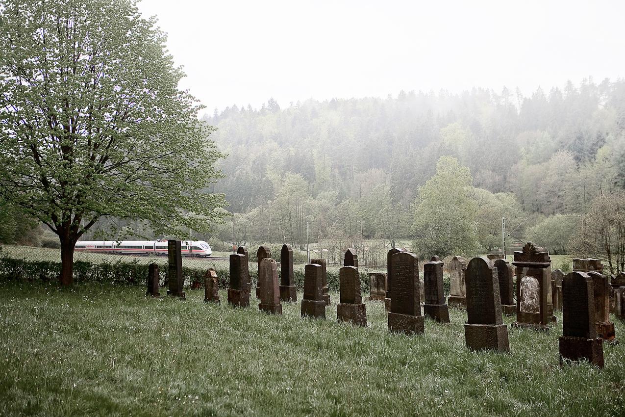 Ein ICE passiert den alten jüdischen Friedhof von Rhina im osthessischen Haunetal.