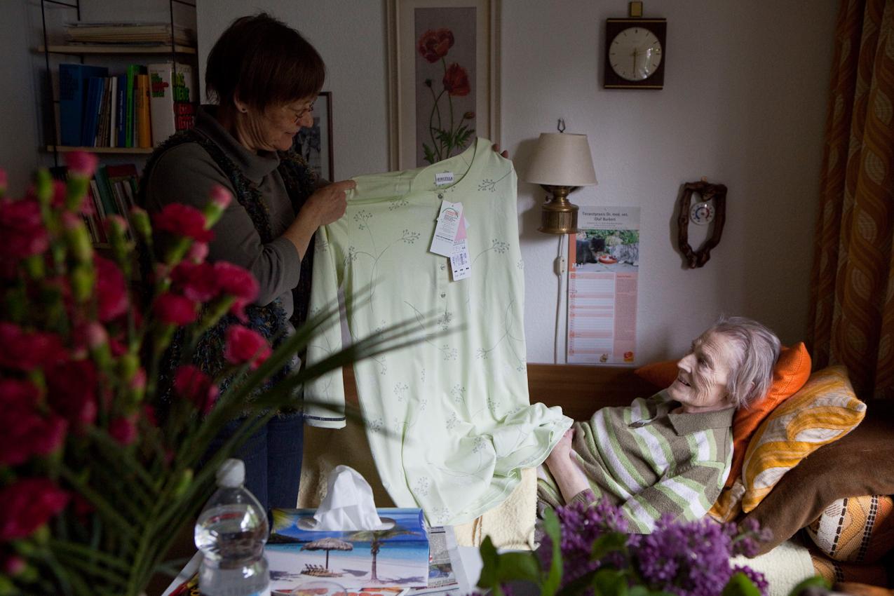 """Modeschau: Elke Lohmann hat ihrer Mutter ein neues Nachthemd gekauft. Elfriede Buch freut sich, aber schaut gleich auf den Preis: ,,Du gibst so viel Geld für mich aus? Das brauchst Du doch nicht!"""" Frau Buch war ihr ganzes Leben sehr sparsam: Als Näherin nähte sie ihre Kleidung, aber auch Vorhänge, Kissen und Bezüge selbst. Zerrissene Kleidung wurde nicht weggeworfen, sondern wieder genäht. Noch im letzten Jahr wurde das Gemüse im eigenen Garten angepflanzt, die Kartoffeln im Keller für den Winter eingelagert, das Obst der eigenen Obstbaume eingekocht. Essensreste wurden am nächsten Tag verarbeitet, so dass nichts weggeworfen werden muss."""