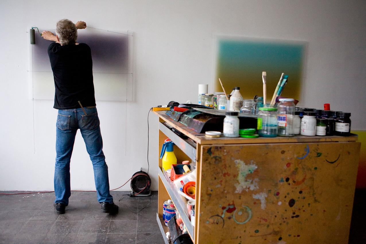 """Besuch bei Kuenstlern des Kreativ-Netzwerkes """"Made in Cologne"""". """"Made in Cologne"""" hat es geschafft, aus der virtuellen Welt zu realen monatlichen Treffen zu gelangen. Eine gute Gelegenheit, mal bei verschiedenen Kuenstlern von """"Made in Cologne"""" vorbeizuschauen. Auf diesem Bild sieht man den Maler Thomas Deyle, der einen ganz eigenen Malstil entwickelt hat, bei dem eine spezielle Farbe auf dickem Acrylglas durch Lichteinwirkung eine gewisse Dreidimensionalitaet und ein Leuchten bekommt. Thomas Deyle hat sein Atelier bereits seit langem im grossten Kuenstlerhaus Deutschlands, dem Kunstwerk Koeln in der Deutz Mulheimer Strasse 127-129.  Aufnahmezeitpunkt:  07.05.2010,  12.47 Uhr"""
