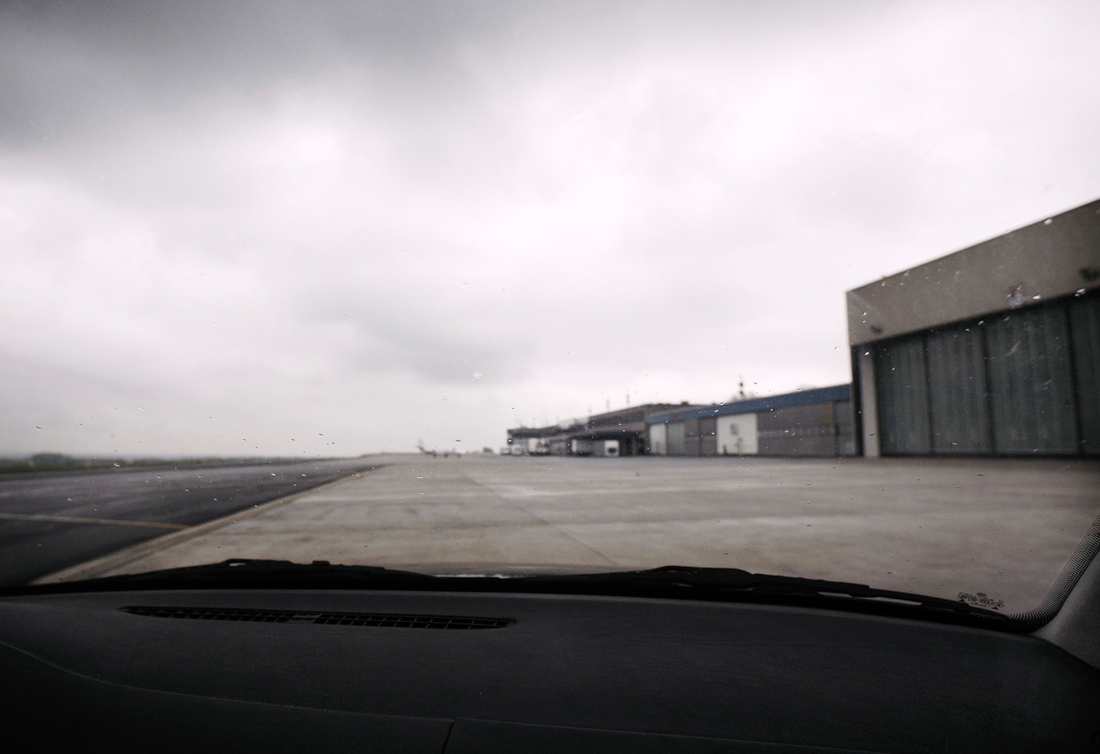 Anfahrt zum Quax e.V.-Hallenplatz am Dortmunder Flughafen. Fahrer ist Uli Thuer, Spezialist für technischen Auf- und Umbau. Das schlechte Wetter erlaubt keinen genehmigten Sichtflug.