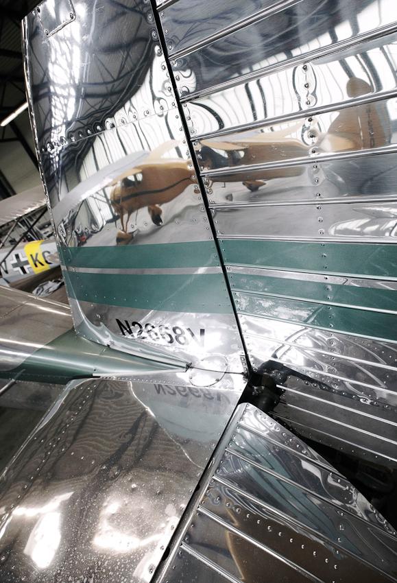 Spiegelungen in einem polierten Heckleitwerk. Dortmund-Flughafen am 07.05.2010.