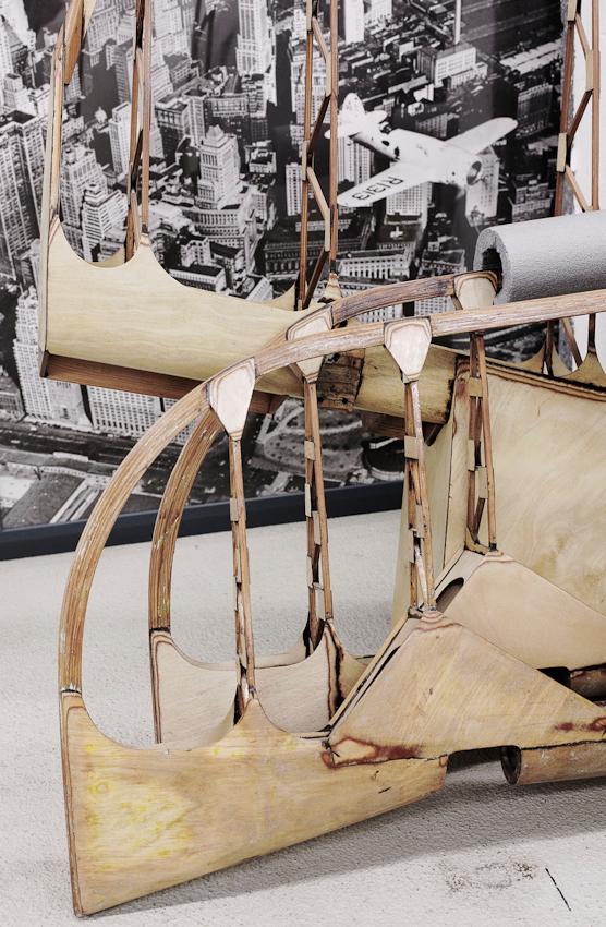 Noch unbespannte Flügel und Leitwerke der Bucker Bu 181 Bestmann, Baujahr 1940, vor eine Fototapete im Werkstattbereich der Quax-Schrauber. Dortmund-Flughafen am 07.05.2010.