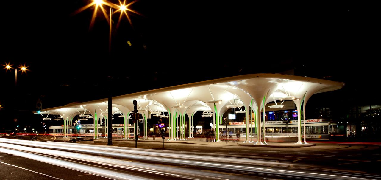 Die neue Bushaltestelle an der Münchner Freiheit bei Nacht